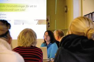 """Presentation. Eva Persson, teatersektionens ordförande, berättade om """"Hyttans Hemligheter"""".Foto: Sofia Gustafsson"""