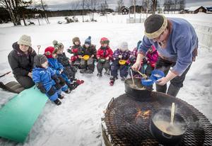 Kocken Torbjörn Lindberg lagade vikingamat över öppen eld till barnen på förskolan på Norderön.