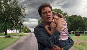 "Stormen kommer – eller gör den verkligen det? Curtis (Michael Shannon) ser saker som andra inte kan se i ""Take Shelter""."