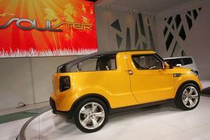 KAPAT TAK. Redan tuffa lilla Kia Soul kommer i en utvecklad version som passar bäst i varmare klimat, Soul'ster. Med kapat tak får bilen utseendet av en pickup men precis som på exempelvis klassiska Jeep Wrangler sitter baksätena kvar under bar himmel.