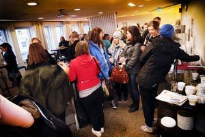 Under fredagen startade Spektakeldagarna i Östersund. Stundtals var trängseln stor mellan de olika seminarierna och föreläsningarna. Framåt kvällskvisten blev det mera av hallaballo då före detta östersundaren Jon Jeffersson Klingberg spelade favoritmusik ur den egna skivsamlingen. Under lördagen fortsätter Spektaklet.