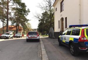 Flera polispatruller kom till Hudiksvalls tingsrätt när rättegången startade.