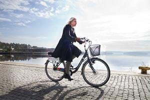 Frihet på två hjul. Cykelveckans projektledare Madeleine Blom susar fram på sin tjänstecykel. Hon vill att fler ska upptäcka hur enkelt och roligt det är att cykla i Sundsvall.