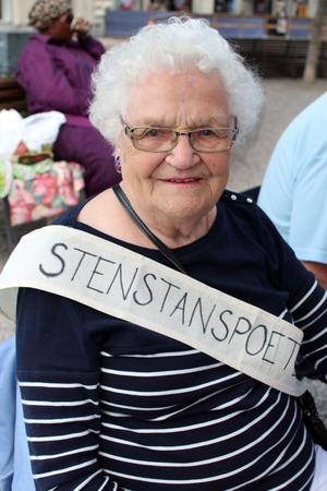 Inga-Britt Gran är 91 år och den äldsta medlemmen i Stenstanspoeterna. Hon hade med sig en dikt om sina sommarminnen från Öland, där hon tidigare spenderat 16 somrar.