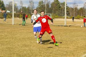 Maksym Kornilov slåss om bollen.