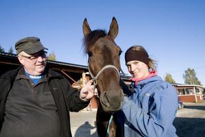 I dag möts två av Rix-hästarna på Solvalla. Jan-Olov Persson-tränade Clouds Above, här med Rolf Hedberg, en av delägarna, och skötaren Caroline Holm, möter tabelledande Sanity från Östersund.