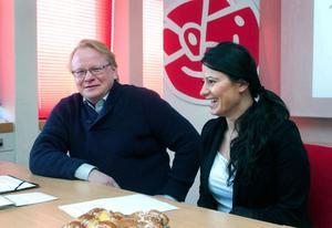 Peter Hultqvist, ordförande i Socialdemokraterna i Dalarna, får reda ut omständigheterna kring Evin Cetins resa till Irak.