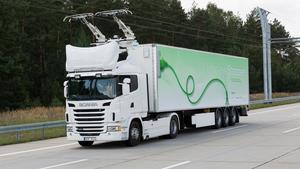 Scania har testat elhybridlastbilar på en testbana utanför Berlin. Nu ska bilarna testas på E16 utanför Sandviken