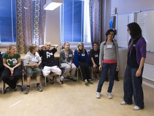 Afson Safavi gör en kort presentation framme hos Ine Enkler från A Non smoking generation inför gruppövningarna.