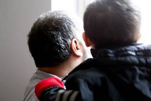 Gömda i Gävle. Pojken längtar tillbaka till dagis där han i höstas fick leka med andra barn. Pappan kan inte förklara så att han förstår. De måste gömma sig. Annars splittras familjen. Själv har han levt i Sverige i sju år utan uppehållstillstånd. I perioder som gömd. Det tär, men han ser inget alternativ.