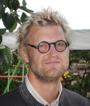 Jörgen Larsson forskar om föräldrars tidspress vid Göteborgs universitet. Han tror att lösningen är att båda föräldrarna jobbar mindre, downshiftar. Det har han gjort själv.