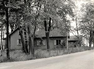 Gård. På själva backens södra del låg den s k Länsmansgården vid ungefär Apelvägen 51–55. Bild ur Sällskapet Gamla Örebros bildarkiv, ArkivCentrum Örebro län.