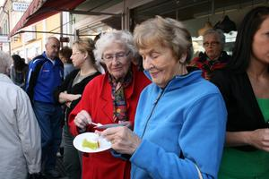 Elsa Larsson, till vänster, och Anna Myrberg var ett par av alla lördagsflanörer som passade på att få en tårtbit.FOTO: INGALILL FORSS NORBERG