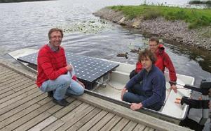 Jakob Ebner, projektledare Scandinavian Heartland, Pär Allansson, Främby Udde samt Gergö Gyulai sitter i båten som med solen som drivkraft ligger i Runn. FOTO: ILSE BRATTLÖF