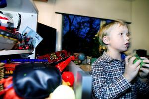 Tage Svaleryd, sex år, har fyndat mängder av lego på Blocket och auktioner.