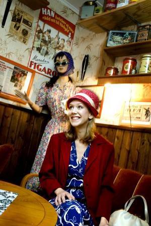 Fika med vänner-kläder i en blå klänning med vackert vitt mönster och kavaj istället för kofta för att hålla värmen. Hattar gör sitt återintåg på marknaden, och vad är bättre än en gammal hatt gjord av en modist? Fyndat på Nybo Café.