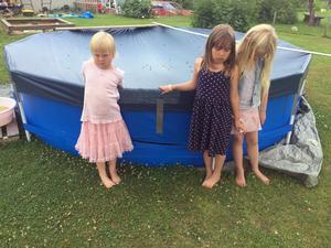 Esmeralda 5år, Jasmine 6 år och Jennifer 8 år har också drabbats av poolvandalerna.