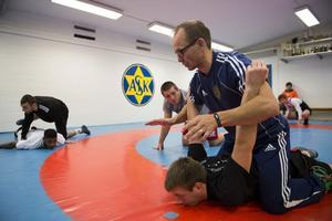 Janne Öhlén, distriktstränare, instruerar.