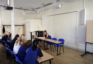 Kristina Berg från Kommunal gjorde sitt bästa för att svara på frågor vid gårdagens informations- möte.