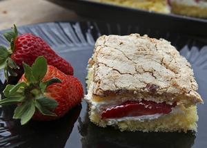 Nötmarängtårta är en typisk sommartårta som gör sig bäst fylld med jordgubbar eller smultron.   Foto: Dan Strandqvist