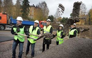 Jonny Gahnshag, Kim Söderström, Mikael Lusth, Frida Lacis och Ingrid Forssell tog det första spadtaget på de nya bostäderna under tisdagen. Hela projektet beräknas kosta 98 miljoner kronor. Foto: Staffan Björklund