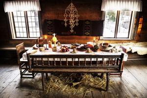 Halmen påminde folk om Jesu födelse och höll kvar värmen i rummet.