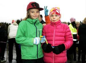 Lucas Larsson, 8 år och från 2B på Fjällängsskolan, gjorde i går segertecken för invigningen av Fjällmons första villaområdesetapp. Lika nöjda var framför honom de jämnåriga klasskompisarna Thea Gustafsson och Irma Danielsson.