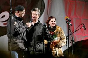 Eje Berglund lät Ing-Marie Persson, som röstats fram till Årets Gävlebo av Arbetarbladets läsare, förklara årets julbock för invigd.