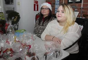 Frida Arvidsson och Tekla Autio ser fram emot julmarknaden, men också förberedelserna med bakning tillsammans inför försäljningen.
