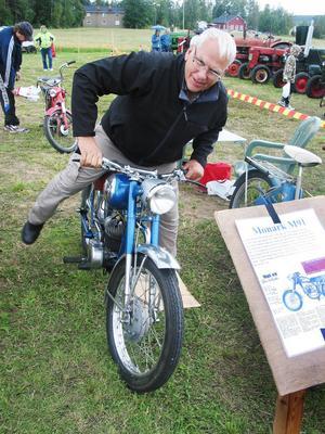 Sven Ullmark hade med sig ett knippe mopeder, bland annat den här, en Monark M91. En lätt motorcykel faktiskt, som Sven köpte när han var 15 år.
