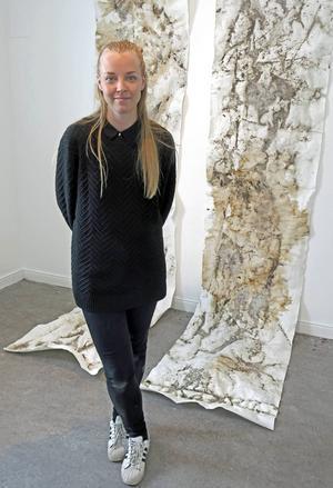 Sigrid Ejemar har skapat utställningen på plats i Galleri Lars Palm.