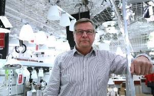 Tommy Selin ägare till Ljusexperten tvingas efter 18 års verksamhet lägga ner sin butik i Kupolen, på grund av ett minskat kundunderlag. Foto: Johnny Fredborg