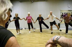 Gemenskap. För alla är det viktigt att träna balans. Från vänster: ...Jane Holmström, Maud Molin, Gun-Britt Karlsson, Ingvar Lundqvist och Ulla Gabrielsson.