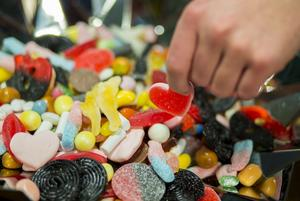 Lösgodisets dag infaller på lördagen – och vi svenskar kan det här med att frossa i godis.