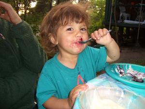 Jordgubbar duger bra det också.Barnbarnet Hilde låter sej väl smaka.
