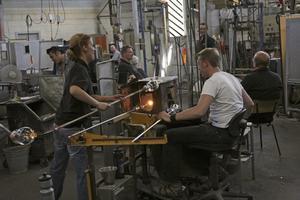 Lagarbete. Glasblåsarna jobbar i team inne i den heta och trånga glashyttan. Foto: Peter Fredriksson