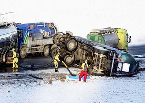 2 januari 2009. En personbil krockar med en tankbil på riksväg 56 i höjd med Äs. Tankbilen börjar läcka ammoniak. Kvinnan som kör personbilen avlider.Foto: Iris Tiitto