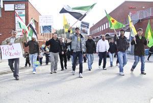 Ungefär 30 män, kvinnor och barn deltog i måndagens demonstration. Många är kurder från Syrien, men även arabiska syrier och flyktingar från andra arabländer deltog för att visa sitt stöd.