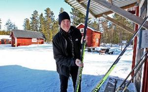 Någon expert på att valla ser sig Mats Backlund sig inte som. – Jag har lärt mig den hårda vägen, säger han. Han stryker på klister och sedan kallvalla.Foto: Johnny Fredborg