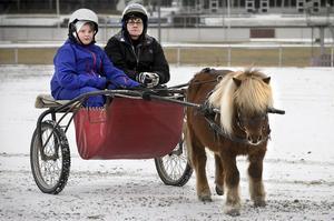 Oliver Arvidsson testar att köra själv under överinseende av Karin Edvinsson.