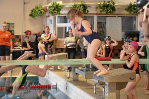 """Hopp. Sexåriga Ella Welander Ramström simmar både över och under vattnet. """"Jag kan simma tigersim"""" berättar Ella efter avslutat tävling."""