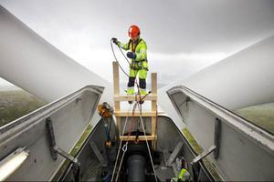 Att tvätta vingarna på vindkraftverket går relativt snabbt.– Det mest tidskrävande arbetet är egentligen att rigga upp alla rep, säger Gudmund Söderin.