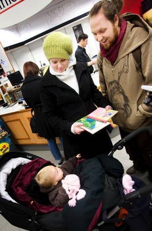 """Agnes Olssson, 10 månader, kommer att få läsa """"Pippi Piggelin"""", """"Lilla grodan Gurra"""" och """"Kalle och Giraff bygger lådbil"""" framöver. Det var ett bra utbud av småbarnsböcker på rean, tyckte mamma Kicki Johansson och pappa Pether Olsson."""