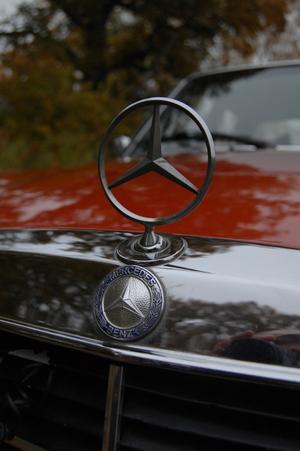 På bilen är det en Merceders Benz 123.  I original utförande.