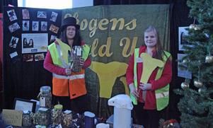 Elin Pehrsson och Emma Berglund säljer billiga matsvampar i UF-företaget Skogens guld som också blev bästa UF-företag.