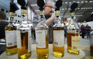 En trogen besökare är Tommy Henriksson från Söråker som har besökt många whiskymässor både i Sverige och utomlands under de senaste 15 åren.Här doftar han på en whisky, som hällts upp i det glas han tagit med sig till mässan, innan han försiktigt provsmakade.