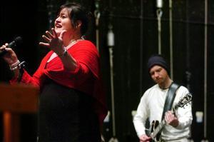 Julshowens first lady var Maria Johansson som med hjälp av gitarristen Claes Olofsson i kompbandet fick teatern att gunga med i den musikaliska julstämningen.BILD: GÖRAN KEMPE