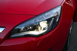 Världens mest avancerade bilstrålkastare anpassar sig inte bara till hastighet och rattrörelser utan även till rådande väderförhållanden.