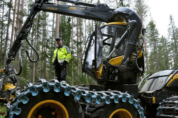 Mats-Peter Busk är skördarfödare i den nya skördaren som Stora Enso har införskaffat till sitt lag i Lillhärdal.