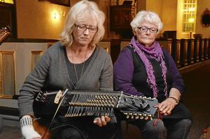 Spelar. Ulla Wängdahl bjöd på stämningsfull musik från sin nyckelharpa. I bakgrunden Ulla-Britt Åhlin.